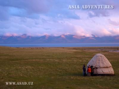 Юрта на берегу озера Сон-куль, Киргизстан
