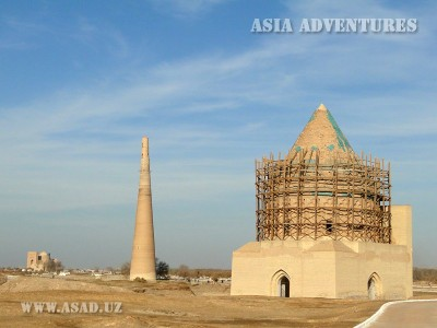 Вид на мавзолей Текеша и минорет Кутлуг Темур, Куня-Ургенч, Туркменистан